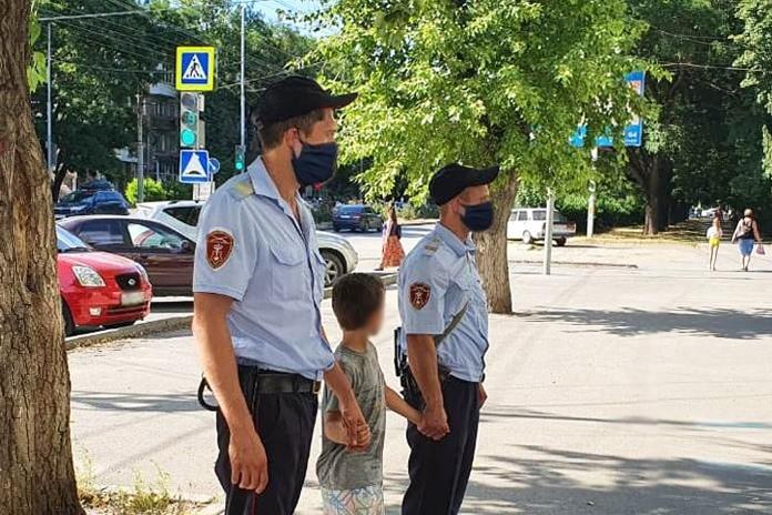 В городе Таганроге росгвардейцы вернули матери ребенка-дошкольника, потерявшегося во время прогулки