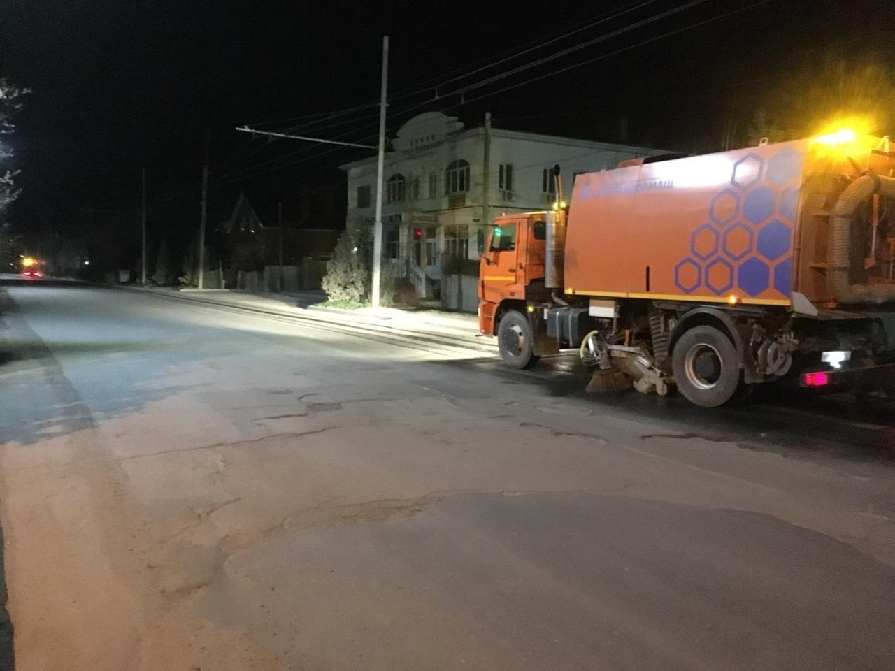 В Таганроге проходит уборка городских территорий, автомобильных дорог и мест общего пользования