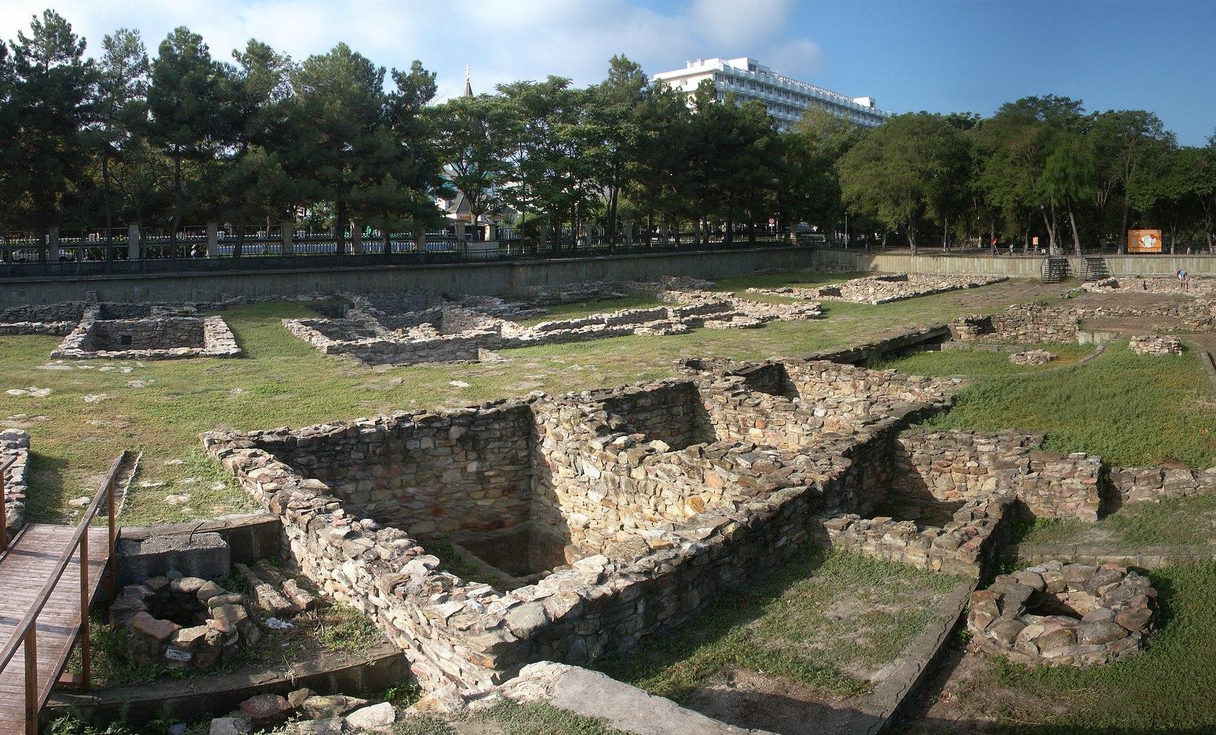 Раскоп на территории археологического заповедника, изображение №1