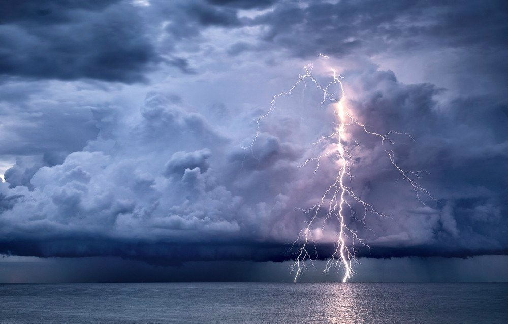 Штормовое предупреждение о МЧС: В Таганроге ожидаются ливни, гроза, град ветер до 23 м/с