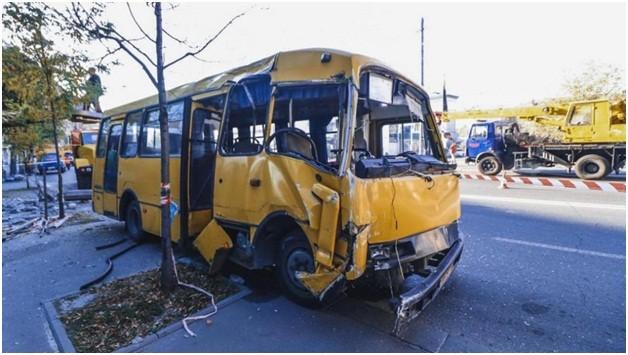 В Луганске автобус въехал в бетонную электроопору, есть жертвы
